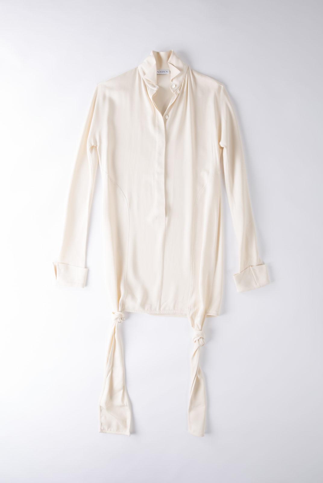 Blouse cream, en tissu double georgette, fluide et féminin, col souple et poignets ouverts, JW Anderson.