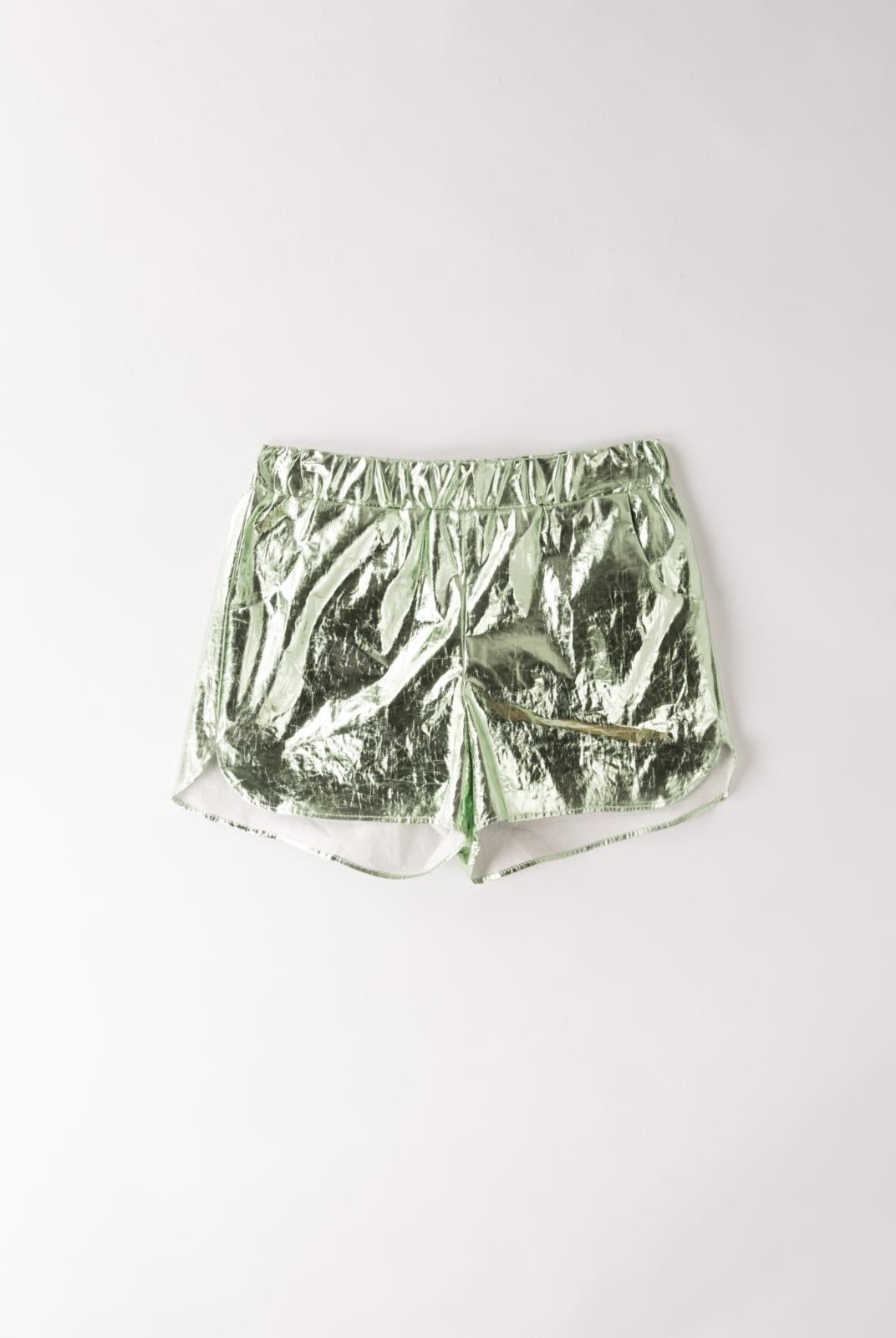 short rialto milo, en tissu métallisé vert, taille élastique, roseanna