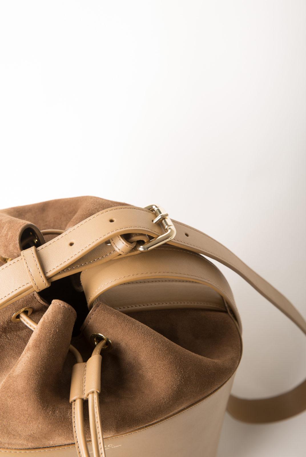 Cuir lisse brillant à tannage végétal espagnol et croûte velours italienne. Patine naturelle à prévoir. Sac seau. Base cylindrique en cuir lisse brillant, partie supérieure en croûte velours. Fermeture lien coulissant en haut du sac.