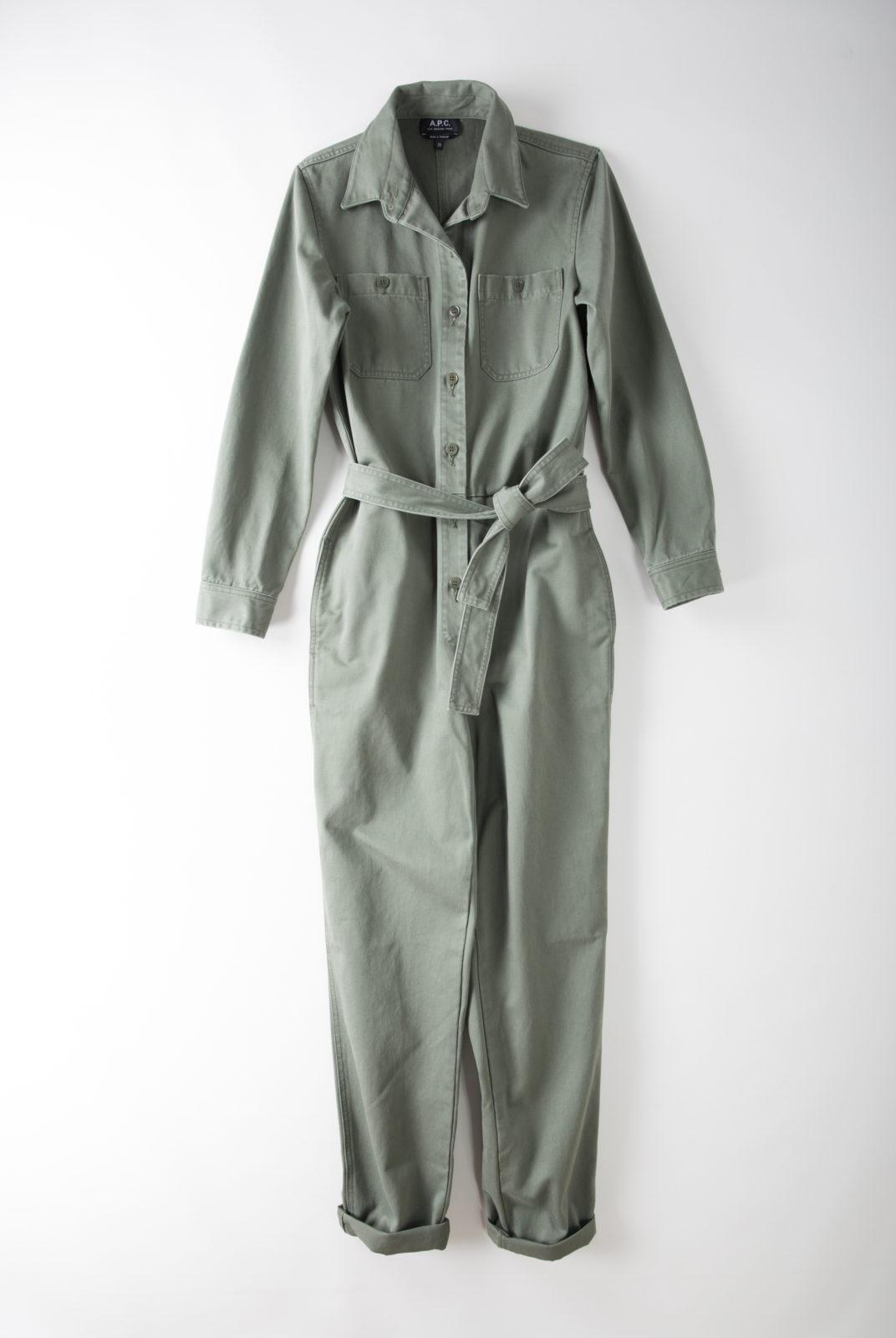 combinaison kaki en gabardine, matière stretch, coupe droite, poche poitrine plaquée, ajustable par une ceinture, apc