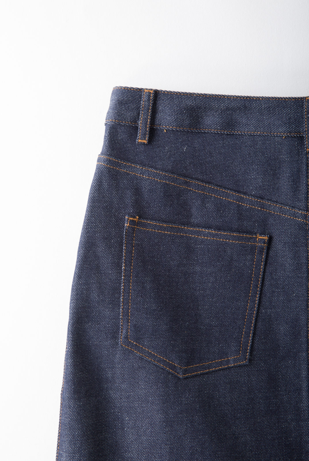 jupe, indigo, denim brut japonais, rigide, coupe courte, légèrement évasée, taille haute, apc