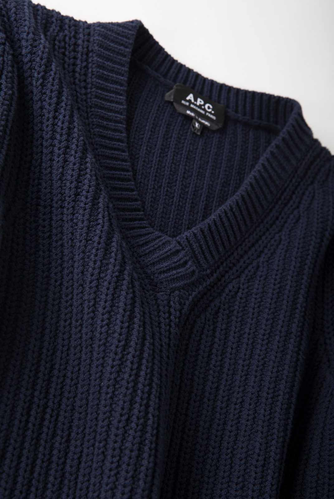 pull, tricot de coton, forme droite ajustée, encolure en V, apc