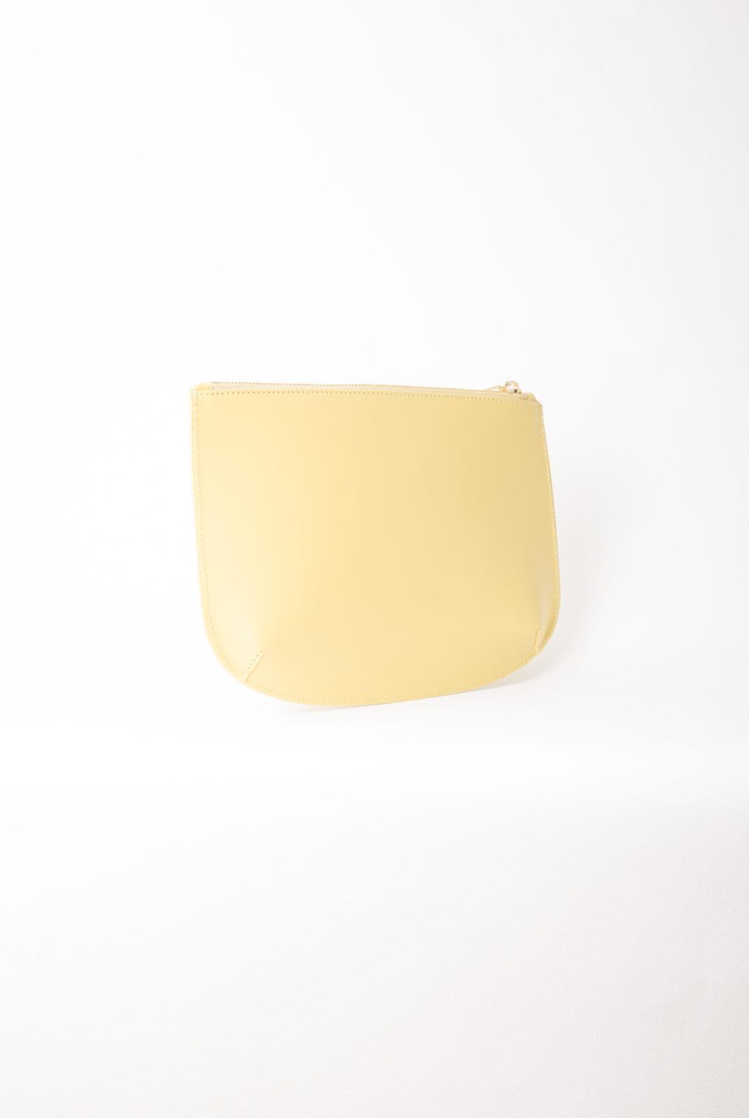 Cuir lisse brillant espagnol à tannage végétal. Patine naturelle à prévoir. Fermeture zippée sur le haut de la pochette.