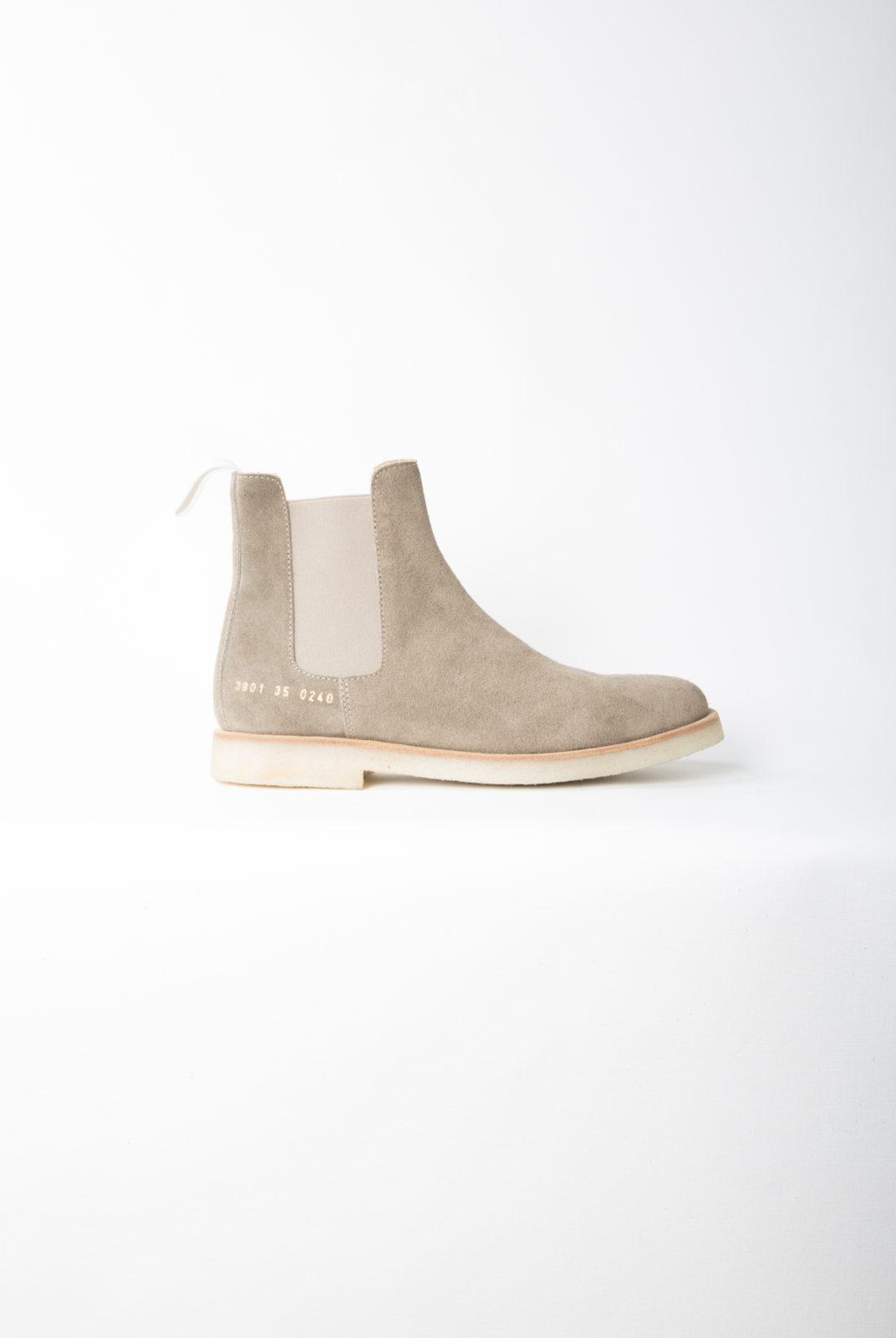 chelsea boots, tan, daim, semelle caoutchouc, signature doré, common projects
