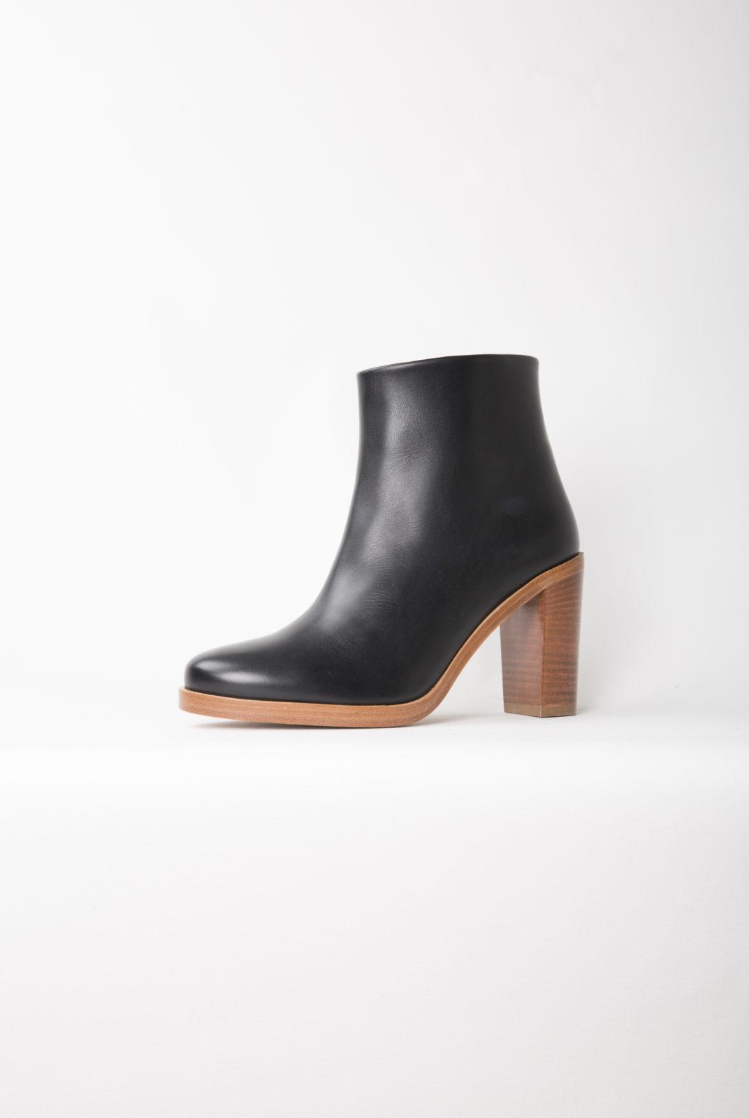 Cuir lisse italien. Fabrication portugaise. Chaussures mi-hautes. Bout arrondi. Fermeture zippée à l'intérieur de la jambe. Sous-patte de protection en cuir. Intérieur en cuir lisse, cuir velours à l'arrière. Semelle intérieure renforcée au talon pour plus de confort.