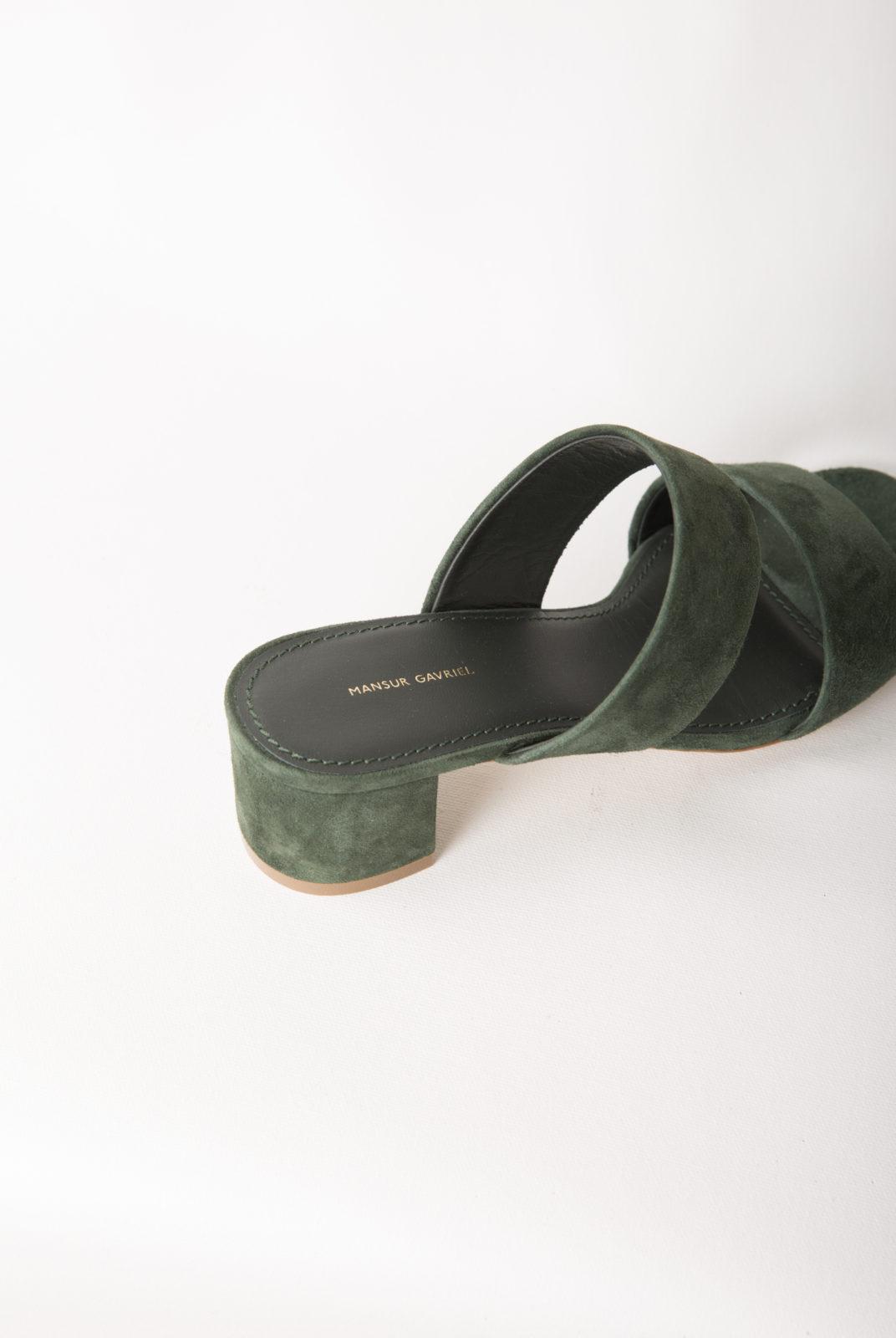 Sandale en cuir suédé italien à double sangle et semelle intérieure en cuir de veau. Talon de 40mm. Fabriqué en Italie.