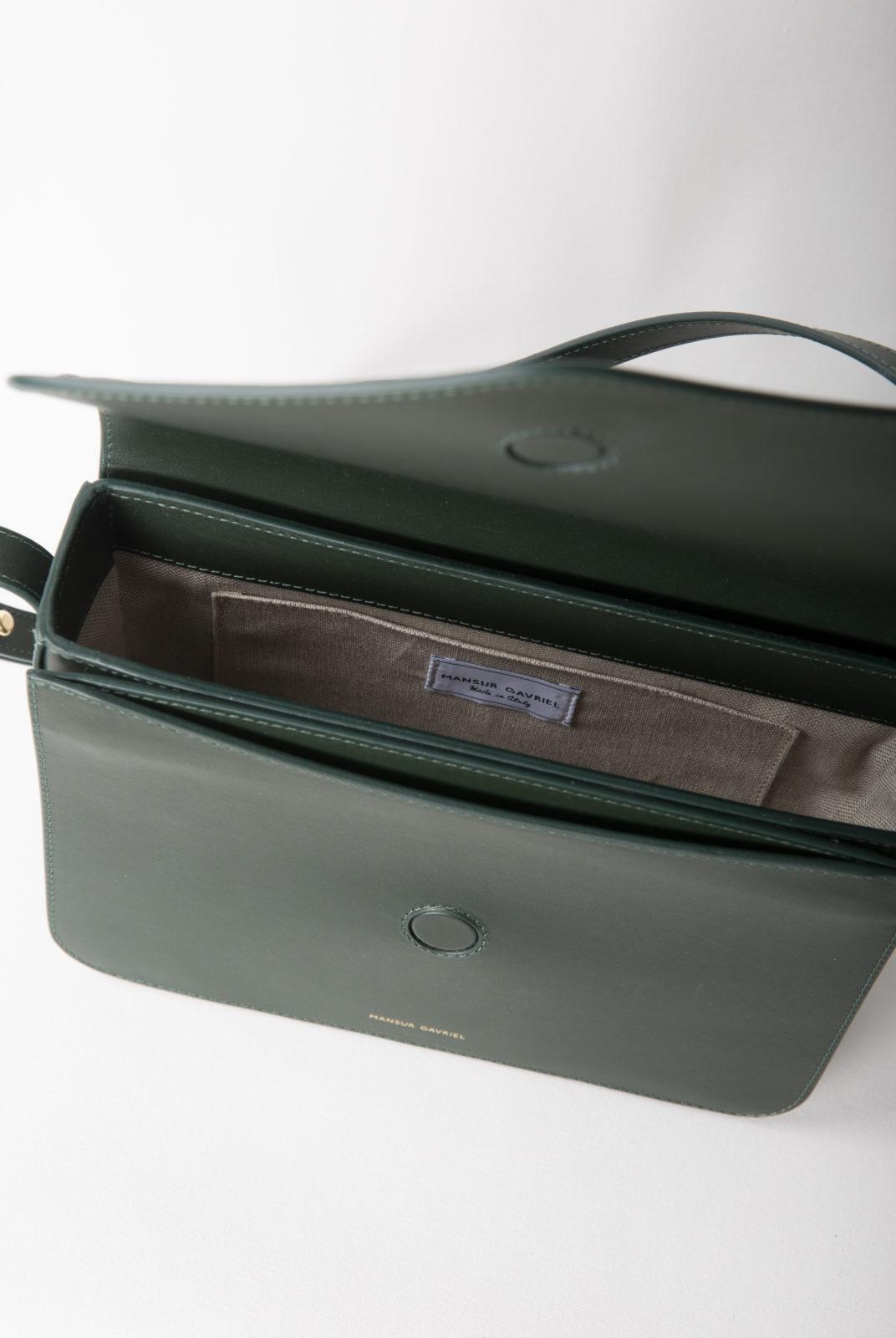 sac bandoulière, forme enveloppe, cuir de veau vert, poche intérieur, fermeture magnétique, sangle réglable, mansur gavriel