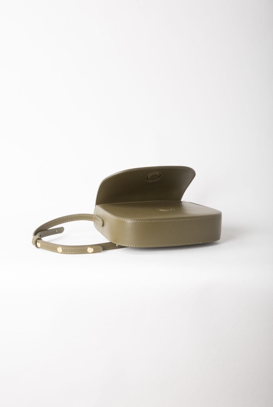 Mini crossbody en cuir de veau italien avec intérieur en toile beige. Poche intérieure Fermeture magnétique et sangle réglable. Fabriqué en Italie.