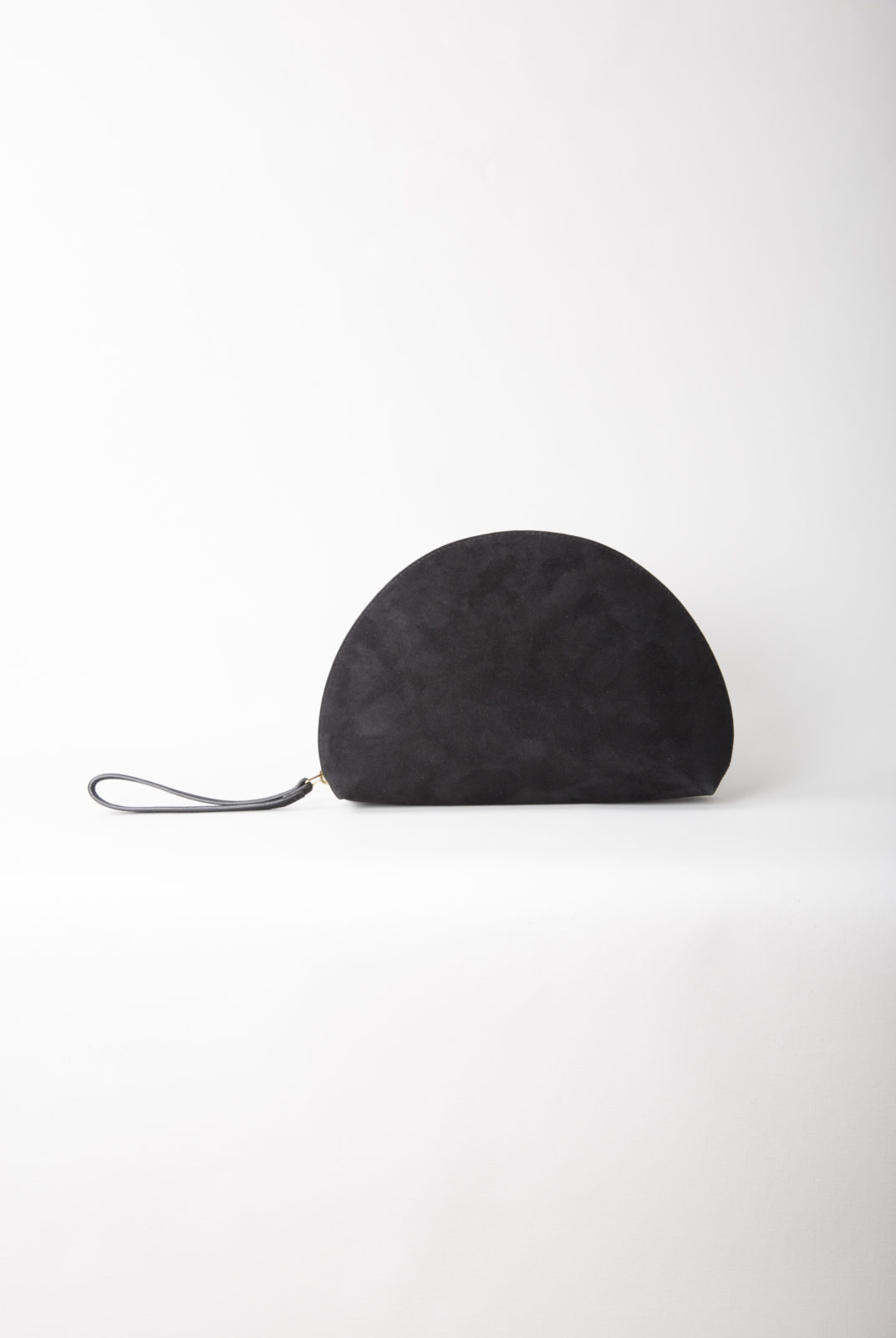 Suede Mini Moon Noir en forme de lune. Cuir de veau italien avec intérieur en cuir d'agneau souple. Fabriqué en Italie.