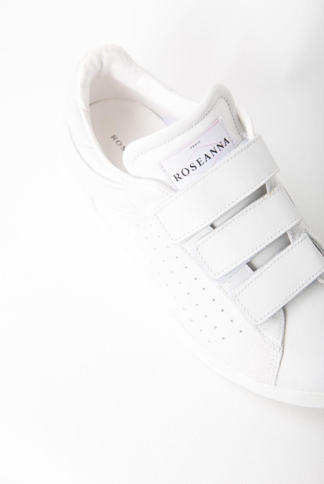 Baskets Julius blanches réalisées en cuir lisse et discrètement perforé. Elles possèdent des brides à bandes Velcro®.